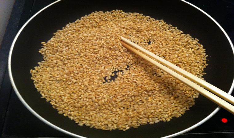 Gạo rang vừa vàng để nước cháo không lềnh.