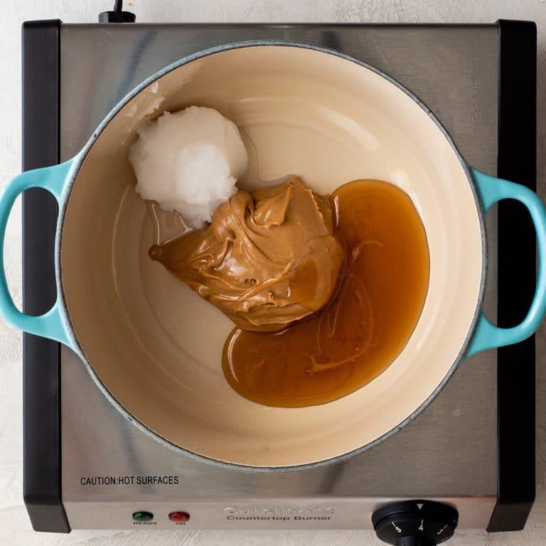 Đun nóng hỗn hợp bơ đậu phộng, muối, mật ong, dầu dừa cho đến khi tan chảy