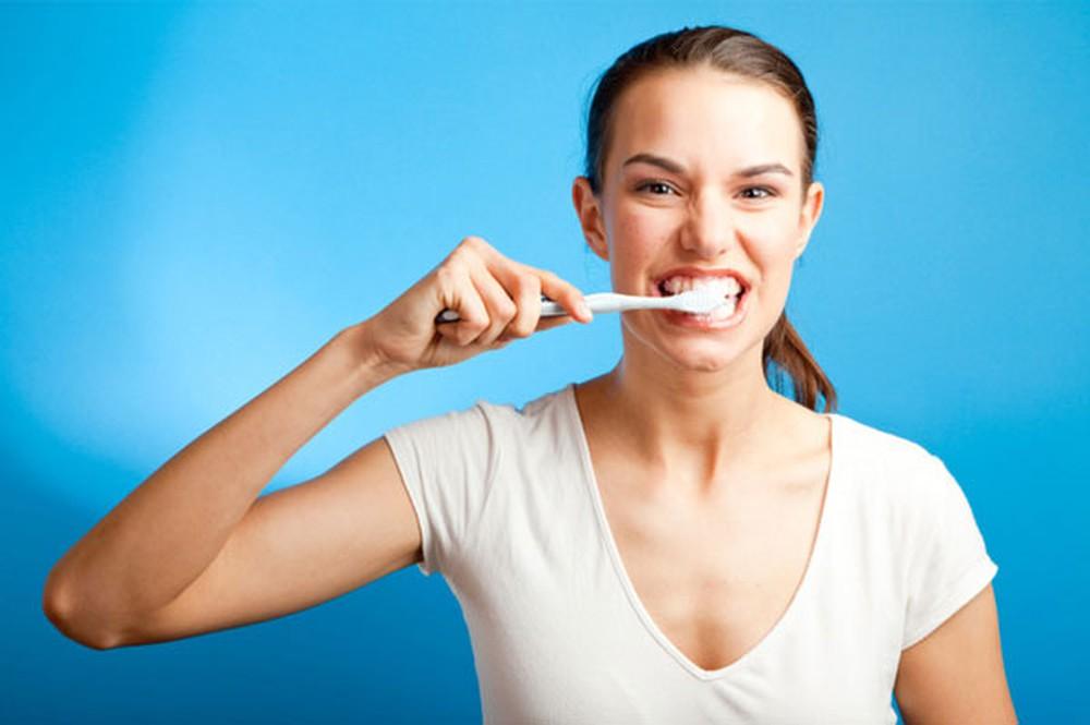 Đánh răng sau khi ăn sáng