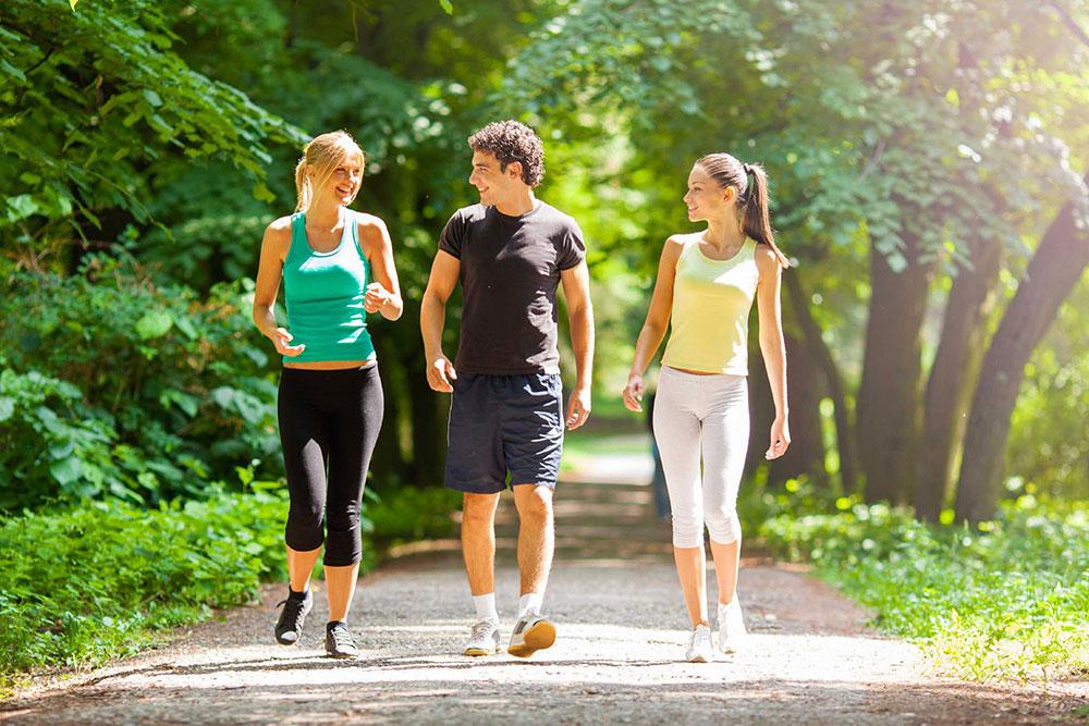 Đi bộ nhẹ nhàng sau bữa ăn ít nhất 30 phút