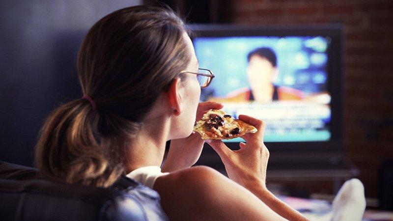 Xem TV khi ăn sáng